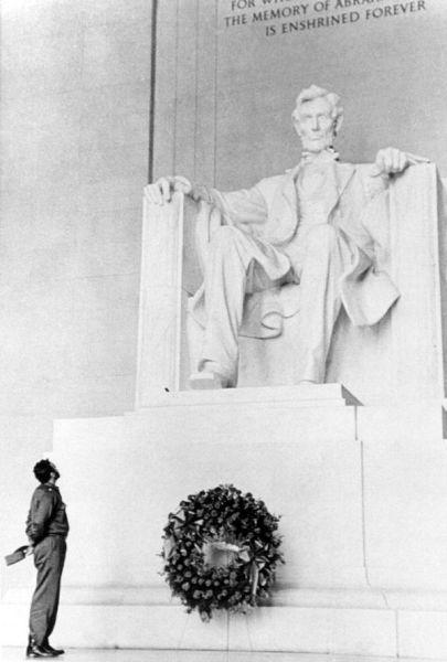 Fidel Castro meletakkan karangan bunga di Memorial Lincoln di Washington, 1959