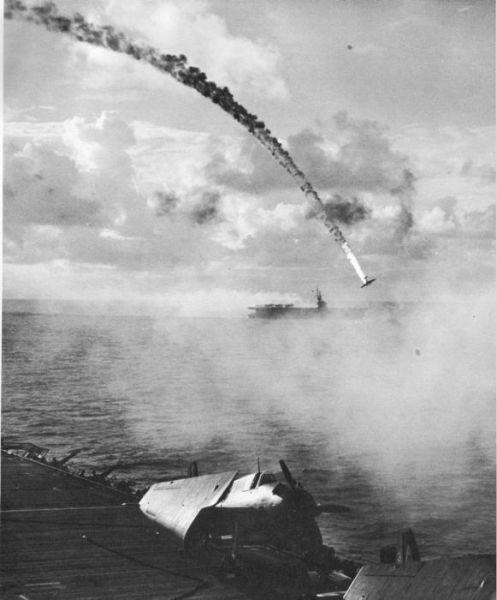 Pesawat Jepang ditembak jatuh selama Pertempuran Saipan, dekat Saipan, circa 15 Juni - 9 Juli, 1944