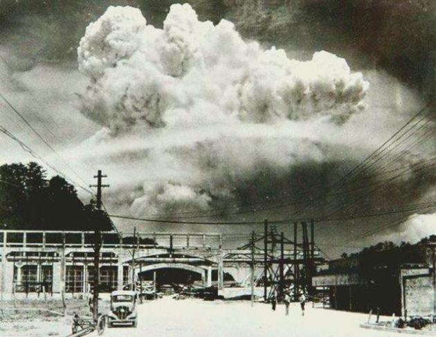 Fallout awan di atas kota Nagasaki Jepang, 20 menit setelah bom atom pada tahun 1945