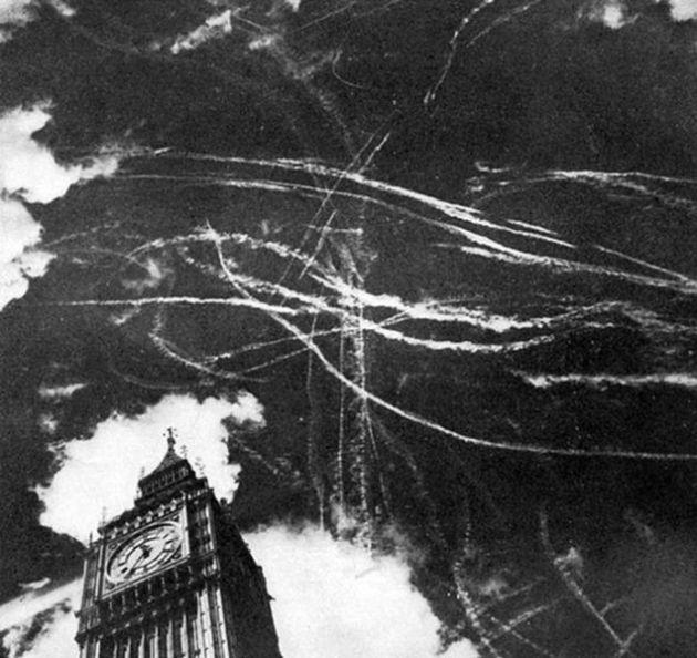 Contrails di atas London setelah pertempuran udara antara pesawat Inggris dan Jerman. September 1940