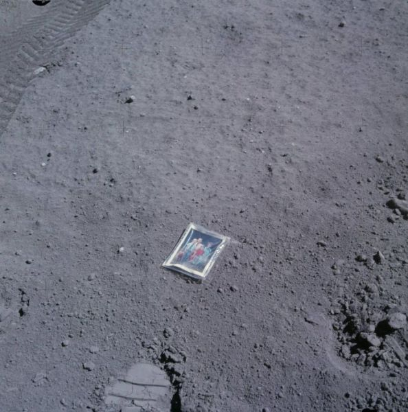 Foto keluarga astronot Charles Duke apollo 16 tertinggal di bulan -1.972